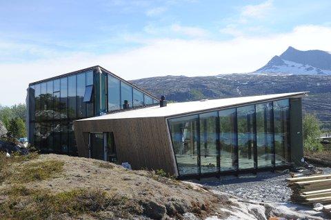 VÅGAL ARKITEKTUR: Arkitekt Snorre Stinessen er blitt kjent for ikke å bruke rette vinkler i sin design. – Det er nok delte meninger om hytta – om den er fin, stygg eller rar. Det er helt greit at den skaper debatt, det respekterer vi, sier Tone-Beathe Øvrevoll.