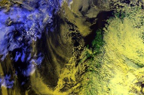 Satelittbildet viser værsituasjonen i Nord-Norge i dag mandag. I havet ligger det et høytrykk som i løpet av dagen har beveget seg inn over ytre strøk. I løpet av uka vil høytrykket dekke hele landsdelen.