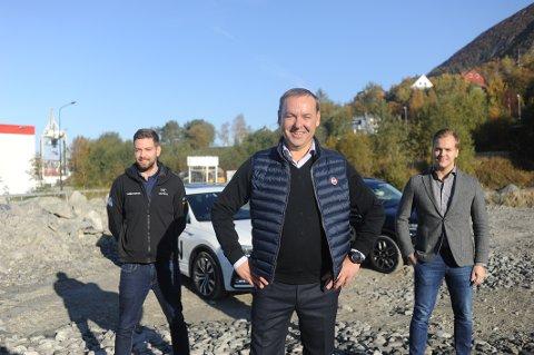 HER: På denne tomta skal nybygget komme. Fra venstre – Robin Bergfald, Ben Myklevold og salgssjef Ben Robin Myklevold.