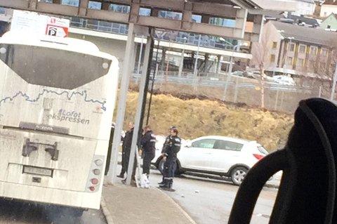 Politiet pågrep torsdag tidlig ettermiddag en mann med kniv på busstasjonen ved Amfi i sentrum av Narvik.