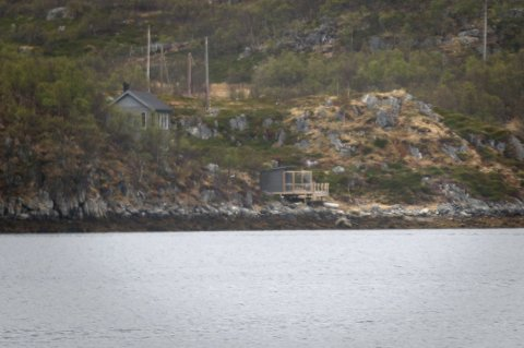 BADSTU: Tromsø kommune har gitt Hilde Sjurelv og Frank Bakke-Jensen pålegg om å rive denne badstua, bygd i strandsonen i Skarsfjorden på Ringvassøya. Sjurelv har klaget på rivingsvedtaket, men saken er foreløpig ikke ferdigbehandlet. Foto: Jørn Normann Pedersen