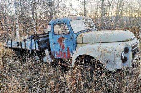 SELGES: Lastebil i skogen søker ny eier.