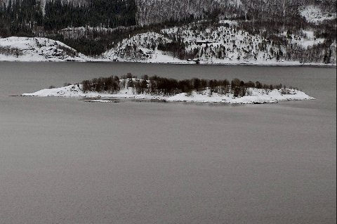 LAPPHOLMEN: Slik ligger Lappholmen i dag. Den fredelige lille øya skal ha en tusen år lang historie som gravsted, og her skal Tysfjords markere sin 150-års bursdag - før også kommunen går over i historien.