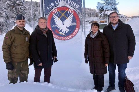 BOMMET: Sjef 139 luftving Eirik Stueland (t.v.) sammen med Høyre-politikerne Martin Nymo, Regina Alexandrova og Erlend Svardal Bøe på Bardufoss i januar i år. Her ble de overbevist om hvor helikopterbasen burde ligge.