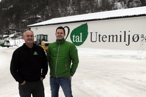 STYRELEDER OG DAGLIG LEDER: Egil Karlsen (til venstre) og Jostein Andreassen foran hovedkontoret på Fagernes.
