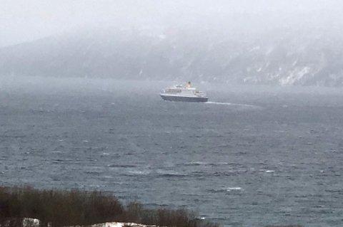 Saga Sapphire er på tur fra Bergen til Tromsø, men våger ikke å seile inn i Tjeldundet på grunn av sterk vind.