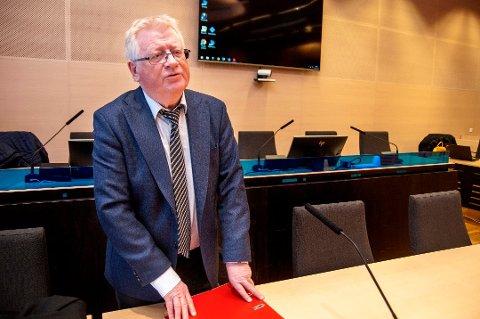 I RETTEN: Advokat Ulf Hansen er forsvarer for den 56 år gamle litauiske vogntogsjåføren. Her er Hansen i retten tirsdag morgen. Foto: Jørn Normann Pedersen