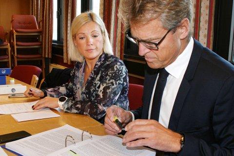 I RETTEN: Lisa Gresseth forbereder seg sammen med advokat Jens Johan Hjort under åpninga av rettsaken i Senja tingrett, der det kreves opp mot sju millioner kroner i erstatning fra Lenvik kommune.