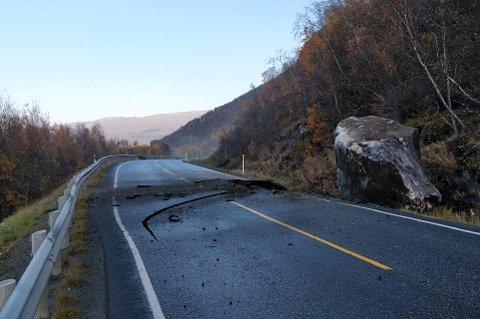 RAS: Her ligger steinblokka ved siden av E6. Veien er sperret etter raset tidlig mandag ettermiddag.