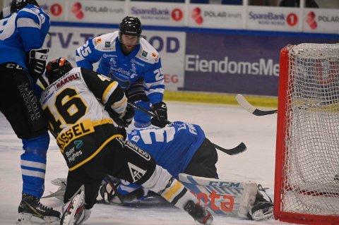MÅLRIKT: Oscar Fröberg måtte plukke åtte pucker ut av eget nett, da Narvik tapte stort mot Stavanger Oilers tirsdag kveld.
