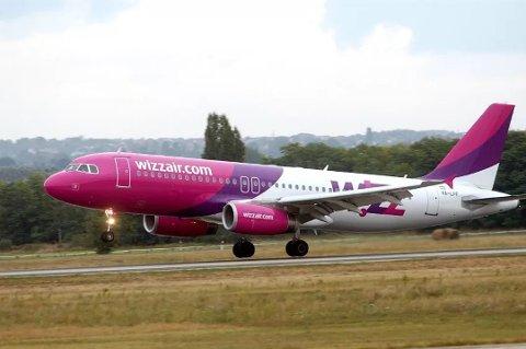 TILLEGSOPPLÆRING: Kommunikasjonssjef i Wizz Air, Andras Rado, forteller selskapets piloter får tilleggsopplæring dersom de skal lande og ta av ved flyplasser som krever dette.