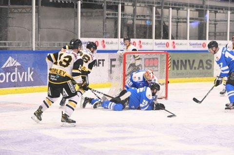 Sjanseløs: Narvikmålvakt Oscar Fröberg måtte plukke hele syv pucker ut av egen nett, da Narvik fikk et tøft møte mot fjorårets seriemester Stavanger mandag kveld.