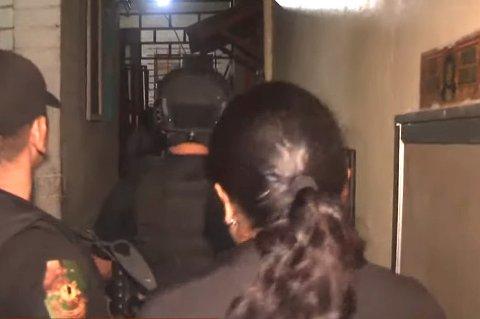 AKSJON: Et TV-team dokumenterte politiaksjonen på Filippinene. To personer ble pågrepet da politiet slo til mot en adresse i Taguig City, der ett barn ble berget ut. Nå er en tromsmann (48) tiltalt for å ha bestilt en rekke overgrep via nett. Skjermdump: YouTube
