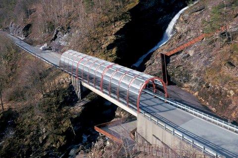 UKNUSELIG PLAST: Overbygget ser ut som en glasstunnel og beskytter veibanen mot det meste.