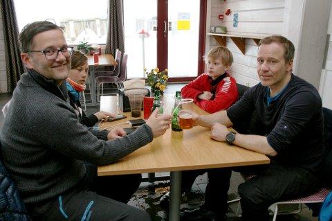 KOS: Etter flere ukers fravær var det godt for hyttefolket å være tilbake i fjellandsbyen. Per Thorsteinsen (t.v.), Johannes Thorsteinsen, Jakob Selseth-Olsen og Stein Olsen.