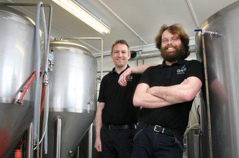 TRIVES: Lærerne Rune Ludviksen (t.v.) og Bjørn Stangnes koser seg med øltankene i kjelleren hvor de har drevet mikrobryggeri i fem år.