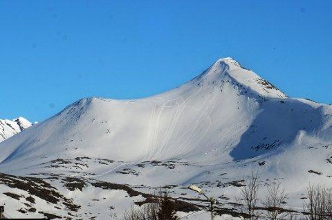 RISIKABELT: Her går sporene etter snøscootere opp fjellsiden på Arnøya. Foto: Nordlys-tipser