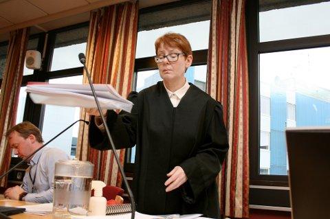 PAPIRBUNKE: Aktor Mona Madsen brukte flere timer på å legge fram dokumentasjon i rettsaken i Senja tingrett mot den forsvarsansatte innkjøperen.