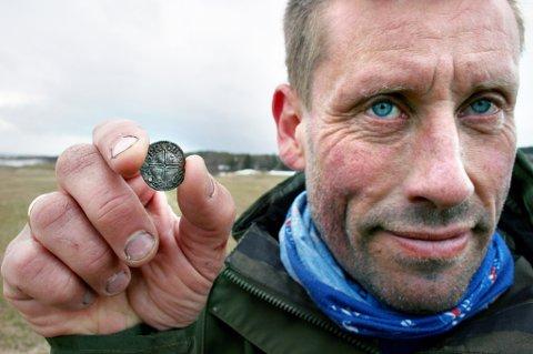 OPPRØMT: Her er den tusen år gamle sølvmynten som Frank Bjørback fant sist torsdag.