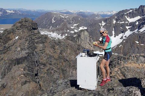 STEIKE: Therese Renee Sørensen kokkelerer på Skamtinden.