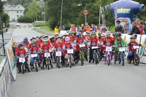 POPULÆRT: Tour of Norway for kids har vært populært i Narvik tidligere, som vi kan se av dette bildet. Søndag er barnesykkelløpet tilbake i Narvik.