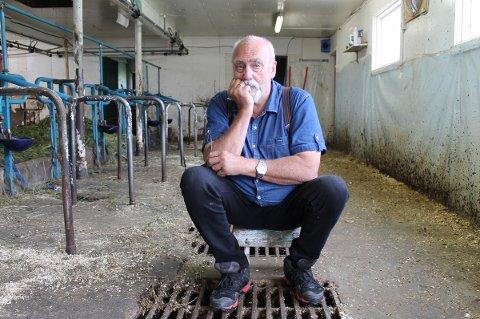TOMT: Ole-Anton Teigen føler på tomheten i fjøset etter at de siste melkekyrne nylig ble sendt.