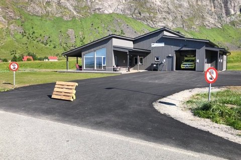 SATT OPP BUKK: Ambulansearbeiderne i Ersfjord prøver å hindre turister fra å parkere i innkjørselen til stasjonen.