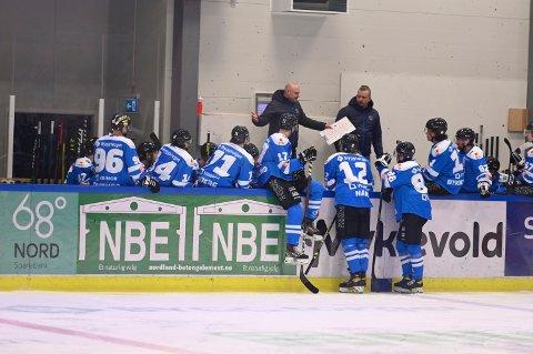 NARVIK HOCKEY: Rundt en tredjedel av spillerne venter på mars-lønna. Her fra da laget møtte Lillehammer på hjemmeis.