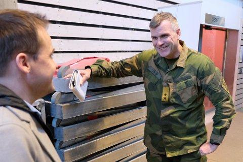 FORNØYD: Hærsjef Lars Lervik i munter passiar med kommuneoverlege Vidar Bjørnås før pressekonferansen der svært hyggelige koronatall ble lagt fram.