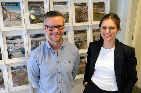 EIENDOM: Eiendomsmegler Thomas Konradsen og Kristina Aastrøm ved Advokathuset Nord på Finnsnes regner med at hyttemarkedet tar seg opp ytterligere etter påske.