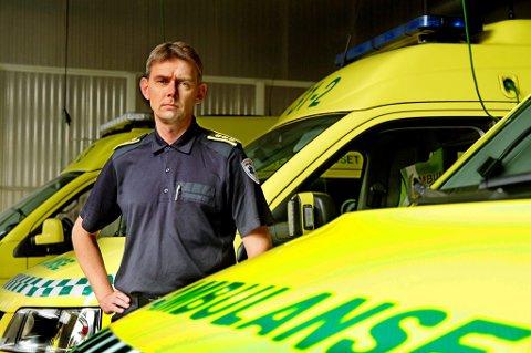 Seksjonsleder Knut E. Sæbbe ved ambulansestasjonen på Finnsnes bekrefter at en av de ansatte har avlagt en positiv hurtigtest for korona.