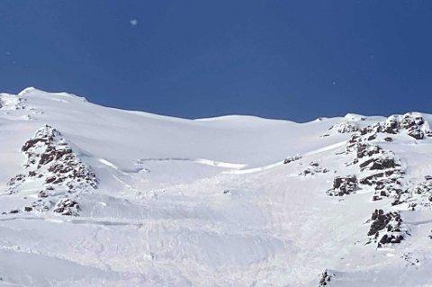 STORT: Skredet gikk på 1027 meters høyde og stoppet først på 697 meters høyde, ifølge vurderinger av folk som kom til skredet. Sofiatinden er øverst til venstre i bildet.