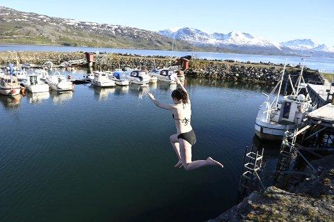 Lone Borkenes (15) hoppet fra tre- fire meter rett ut i det kalde vannet.