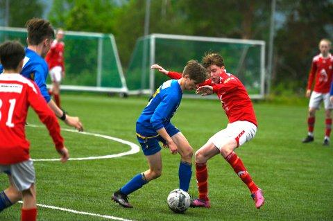 KAMP: Det var hard kamp om ballen i møtet mellom Håkvik og Mjølner gutter 16 i den første obligatoriske kampen på ni måneder.