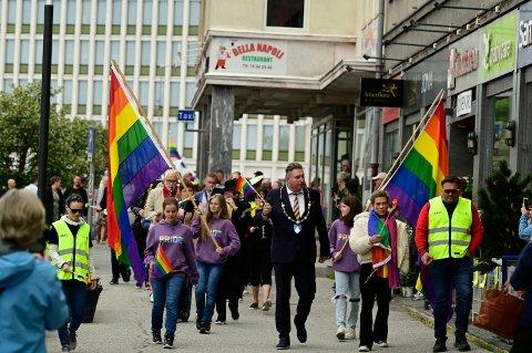 Ordfører Rune Edvardsen ledet historiens første Pride-tog i Narvik.