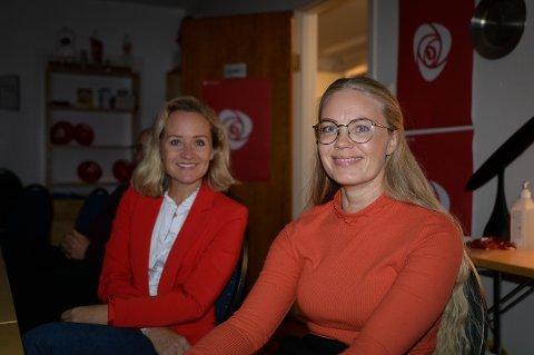 PÅ VALGVAKE: Linda Lockert Dybwad (t.v.) og Tina Josefine Denstad venter spent på de første resultatene på valgkvelden.