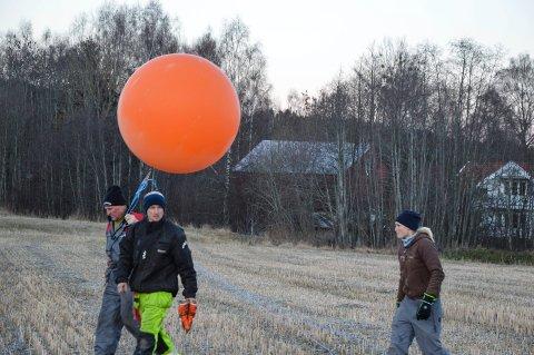 DIGER: Det var ikke akkurat noen alminnelig bursdagsballong aksjonistene sendte opp i lufta, selv om den fortoner seg som en liten prikk når den kom opp i høyde med jernbanebroa som kan komme.