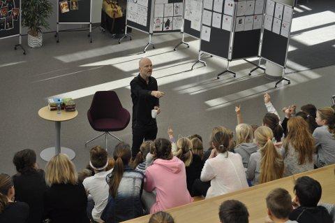 AKTIVERTE: Forfatter Arne Svingen lokket fram stort engasjement hos Åsgården-elevene.