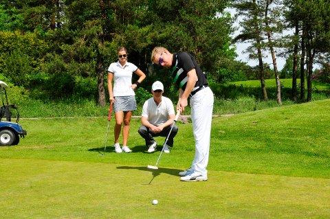 Fra fjorårets samling på for norske golfproffer på Borre Golfbane. Disse tre var på hjemmebane. Fra venstre: Tonje Daffinrud (Tønsberg).,  sportssjef Jon Karlsen (Horten) og Kenneth Svanum (Skoppum).