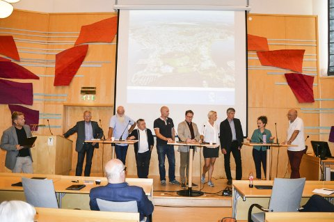 POLITIKK: Til venstre ordstyrer Torgeir Lorentzen og Re-ordfører Thorvald Hillestad. Videre våre lokale politikere. SV deltok ikke i møtet
