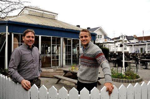 NYE KOSTER: Jon Mørk og Eirik Østern ved CM Utvikling har sikret seg det tidligere så populære vannhullet i Storgata.