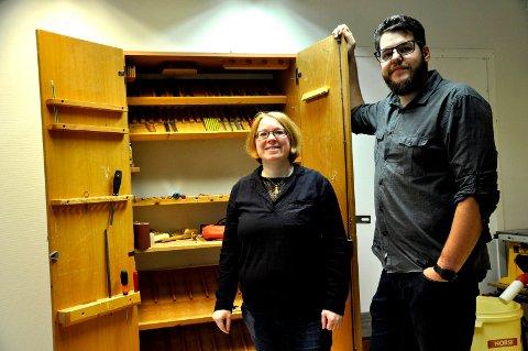 SKAL FYLLES OPP: Det kjekke verktøyskapet passer perfekt for sitt bruk. Beathe Aasheim og Torgeir Bull håper at det blir smekkfullt med verktøy.