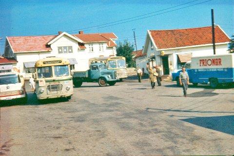 Torvet på 1960-tallet var et knutepunkt for rutebilene som kom både med passasjerer og varer.