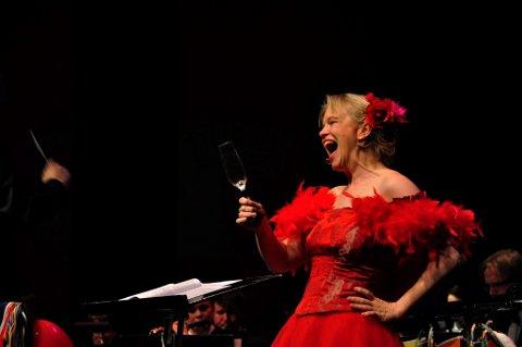 VENDER TILBAKE: Det er mange måter å be om mer vin på. Eir Inderhaug gjør det med trestrøken C. Nå er hun igjen gjestesolist på Promenadekonsert med Marinemusikken.