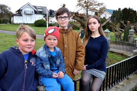 KJIPT: Leander, Caspian, Even og Mari brukte en hel søndag på å pynte gresskar. De ble plassert på portstolpene mot veien. Nå er det borte.