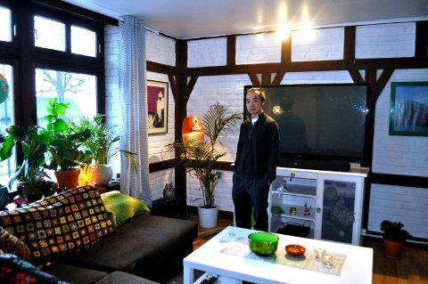 GAMLE PUBLOKALER: Huanhua Zhao avbildet i publokalene da de var gjort om til leiligheter. Han fortalte blant annet om arbeidet som er gjort for å bevare bygningens opprinnelige preg.