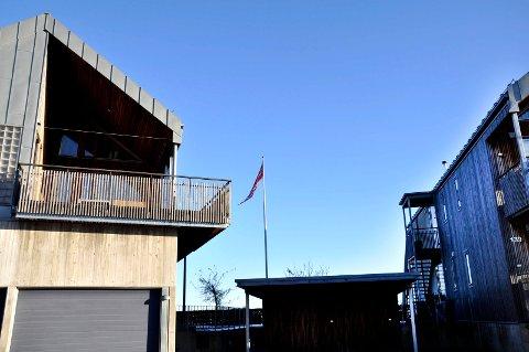 DYR FLAGGSTANG: I Tønsberg Tingrett krevde Dag Kjeldsberg at flaggstangen og merkene etter den på sameiets fellesareal ble fjernet. Det var retten ikke enig i.