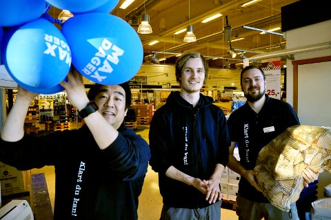 HURRA! Stig Vartdal, Kristoffer Negård og Christopher Vejle forbereder bursdagsfeiring på Maxbo i Horten.