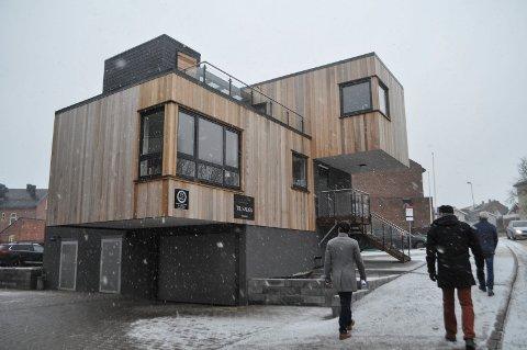 VEKKER OPPSIKT: Husets arkitektur, med sitt overhengende utbygg, får forbipasserende til å løfte blikket.