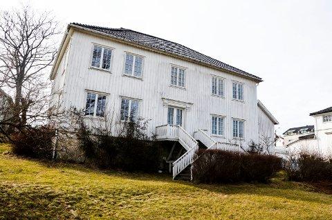 TOMT OG FORFALLENT: Liv Ortveit etterlyser en løsning for det historiske og berømte huset i Åsgårdstrand.